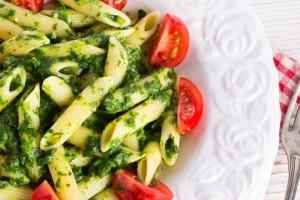 Riutilizzare gli scarti delle verdure: pesto con foglie di sedano e ravanelli