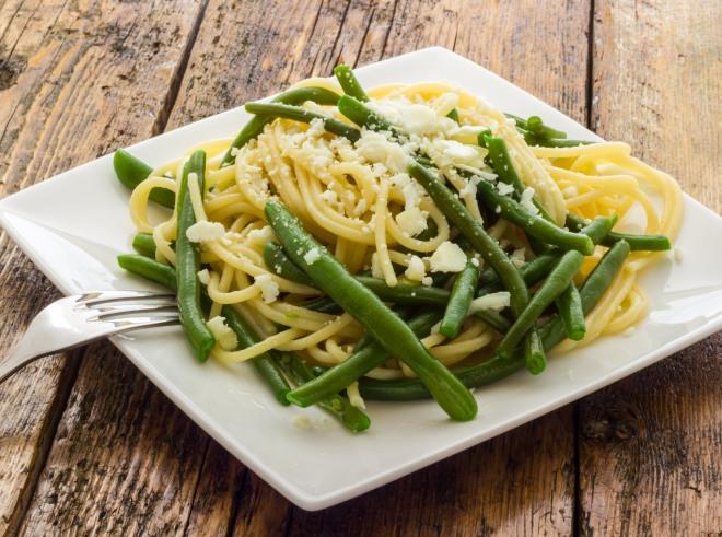 primi-piatti-economici-veloci-sughi-risparmiare-spaghetti-fagiolini-pecorino