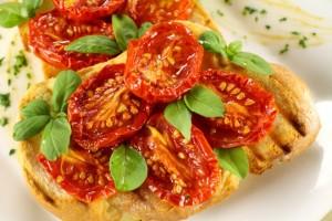 Riciclare gli avanzi: pane al forno con pomodorini