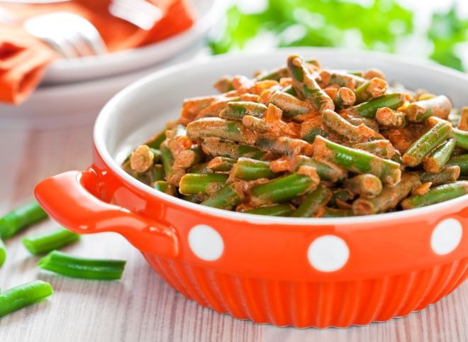 ricette con i legumi per risparmiare: fagiolini cipolla e pomodoro