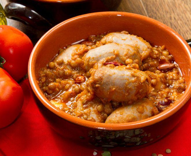 ricette con i legumi per risparmiare: lenticchie in umido al pomodoro e salsiccia