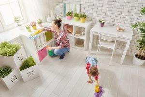 Come togliere la polvere dai mobili: spray con aceto fai da te