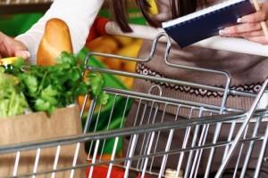 fare-la-spesa-con-prodotti-in-offerta-volantini-supermercato-risparmiare