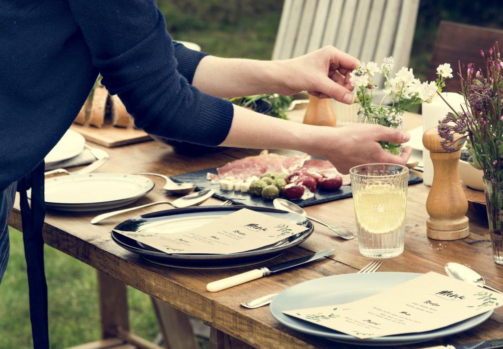 Galateo, come ricevere gli ospiti: 36 regole per fare una bella figura