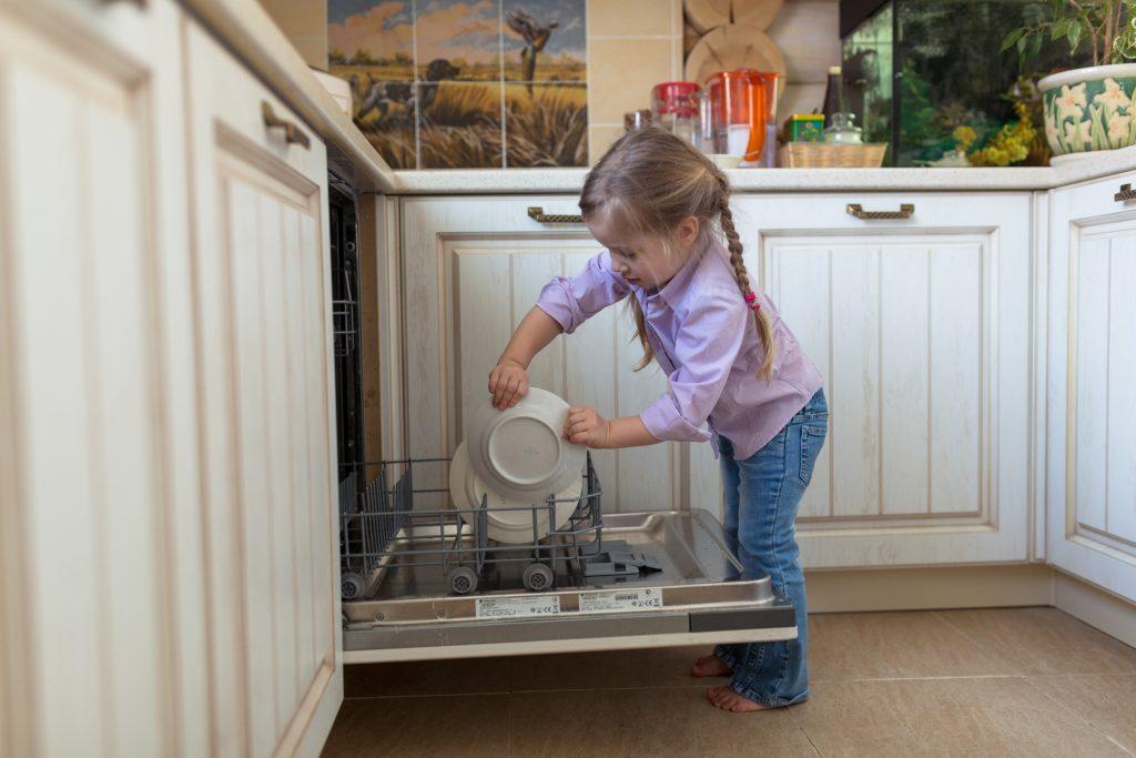 Come caricare la lavastoviglie e organizzare al meglio gli spazi risparmiare di mammafelice - Come organizzare gli spazi in cucina ...